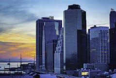 Stadsgator och moderna affärsbyggnader Arkivbilder