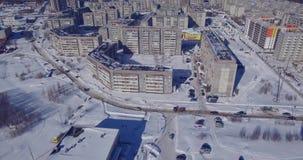 Stadsgebouwen en auto op weg in de winterdag van de lucht