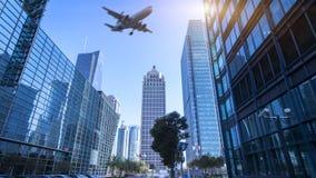 Stadsgebouwen en vliegtuigen stock afbeelding