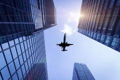 Stadsgebouwen en vliegtuigen royalty-vrije stock afbeelding