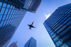 Stadsgebouwen en vliegtuigen stock foto's