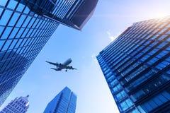 Stadsgebouwen en vliegtuigen royalty-vrije stock afbeeldingen