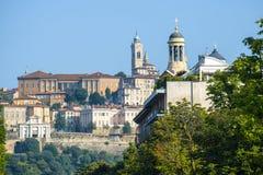 Stadsgebouwen met Santa Maria Maggiore-kerk stock foto's