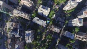 Stadsgebouwen vanaf de bovenkant stock footage