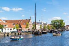 Stadshamnplats och Galgewater kanal i Leiden, Nederländerna Royaltyfria Foton