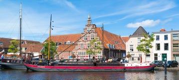 Stadshamnplats och Galgewater kanal i Leiden, Nederländerna Arkivbilder