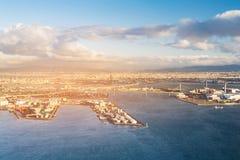 Stadshaven over zeehavenhorizon met zonsondergang royalty-vrije stock fotografie