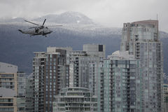 stadshelikoptermilitär över horisont Arkivfoton