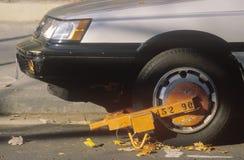 Stadshjullås på den olagligt parkerade bilen, royaltyfria bilder