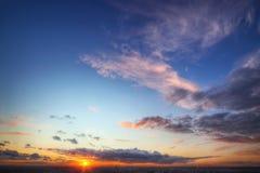 stadshorisont över solnedgång Arkivbild