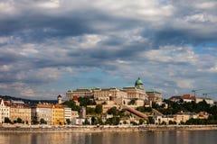 Stadshorisont av Budapest med Buda Castle Arkivbild