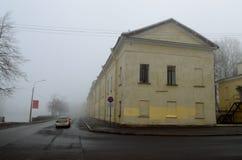 Stadshorisont i morgonmisten Arkivfoto