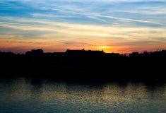 Stadshorisont med en solnedgång Royaltyfria Foton
