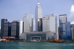 Stadshorisont och färja i Hong Kong Harbor Royaltyfria Foton