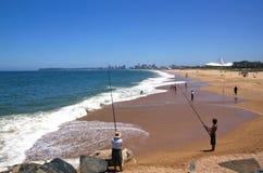 Stadshorisont- och strandfiskare i Durban Arkivbilder