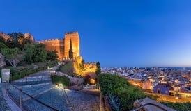 Stadshorisont och väggar av den Alcazaba fästningen i Almeria Royaltyfri Fotografi