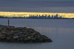 Stadshorisont på soluppgång Royaltyfria Bilder