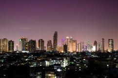 stadshorisont på natten Arkivbild