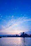 Stadshorisont vid floden mot molnig himmel i Shanghai Royaltyfria Bilder