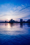 Stadshorisont vid floden mot molnig himmel i Shanghai Royaltyfri Bild