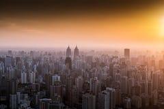 Stadshorisonten i solnedgång Royaltyfria Foton
