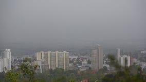 Stadshorisontleonberg under dimmig dag för regn fotografering för bildbyråer