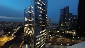 Stadshorizon bij vlieg van de nacht de luchtmening over de gebouwen van wolkenkrabberstorens stock video