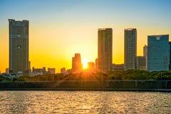 Stadshorizon bij zonsondergangmening van Odaiba over de Baai van Tokyo, Japan Stock Foto's