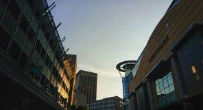 Stadshorizon die een zonsondergang in de schaduw stellen royalty-vrije stock afbeeldingen