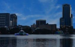 2018 Stadshorizon en kleurrijke waterfontein bij zonsondergang in het Park van Meereola stock foto