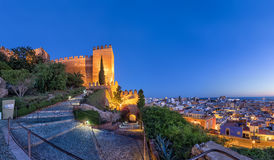 Stadshorizon en muren van Alcazaba-vesting in Almeria royalty-vrije stock fotografie