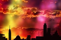Stadshorizon, Kleurrijke zonsondergangachtergrond Stock Fotografie