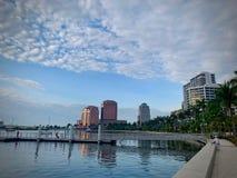 Stadshorizon op waterkant stock fotografie