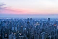 Stadshorizon in zonsondergang royalty-vrije stock afbeelding