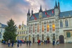 Stadshus av Bruges med julgranen royaltyfri foto