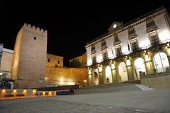 Stadshus av Caceres på natten, Extremadura, Spanien Arkivfoton