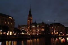 Stadshus av Hamburg i natten Fotografering för Bildbyråer