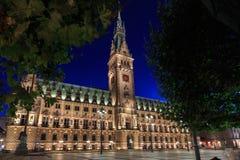 Stadshus av Hamburg på skymning under blå timme Royaltyfri Bild