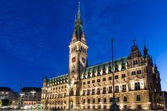 Stadshus av Hamburg på skymning under blå timme Fotografering för Bildbyråer