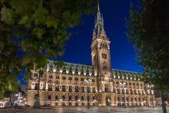 Stadshus av Hamburg på skymning under blå timme Arkivfoton