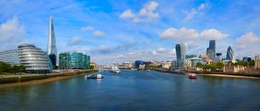 Stadshus för London horisontsolnedgång på Themsen Royaltyfri Fotografi