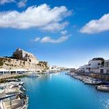 Stadshus för sikt för Ciutadella Menorca marinaport royaltyfri bild