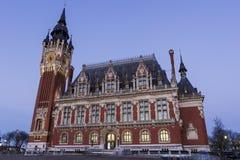 Stadshus (Hotell de Ville) på stället du Soldat Inconnu i Calais Royaltyfri Fotografi