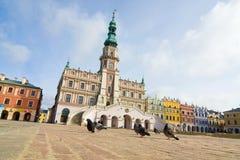 Stadshus huvudsaklig fyrkant (Rynek Wielki), Zamosc, Polen royaltyfri fotografi