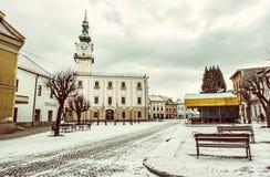 Stadshus i den huvudsakliga fyrkanten, Kezmarok, Slovakien, gult filter Arkivbilder