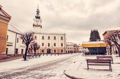 Stadshus i den huvudsakliga fyrkanten, Kezmarok, Slovakien, rött filter Arkivbild