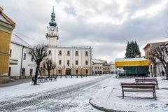 Stadshus i den huvudsakliga fyrkanten, Kezmarok, Slovakien, vinterplats Royaltyfri Foto