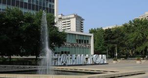 Stadshus i Hamilton, Kanada med springbrunnen och tecknet 4K lager videofilmer