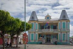 Stadshus i Le Moule i Guadeloupe Typisk färgrikt kolonialt hus i den huvudsakliga stad`en s s Royaltyfria Foton