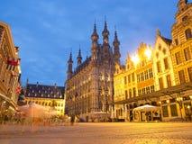 Stadshus i Leuven på natten Arkivfoton
